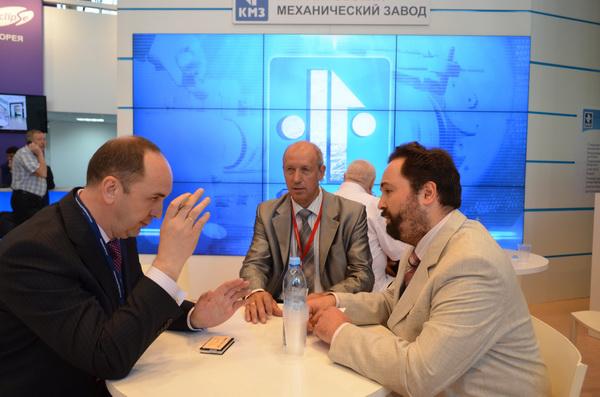 Заместитель генерального директора КМЗ Евгений Ромашко проводит переговоры с представителями московских вузов